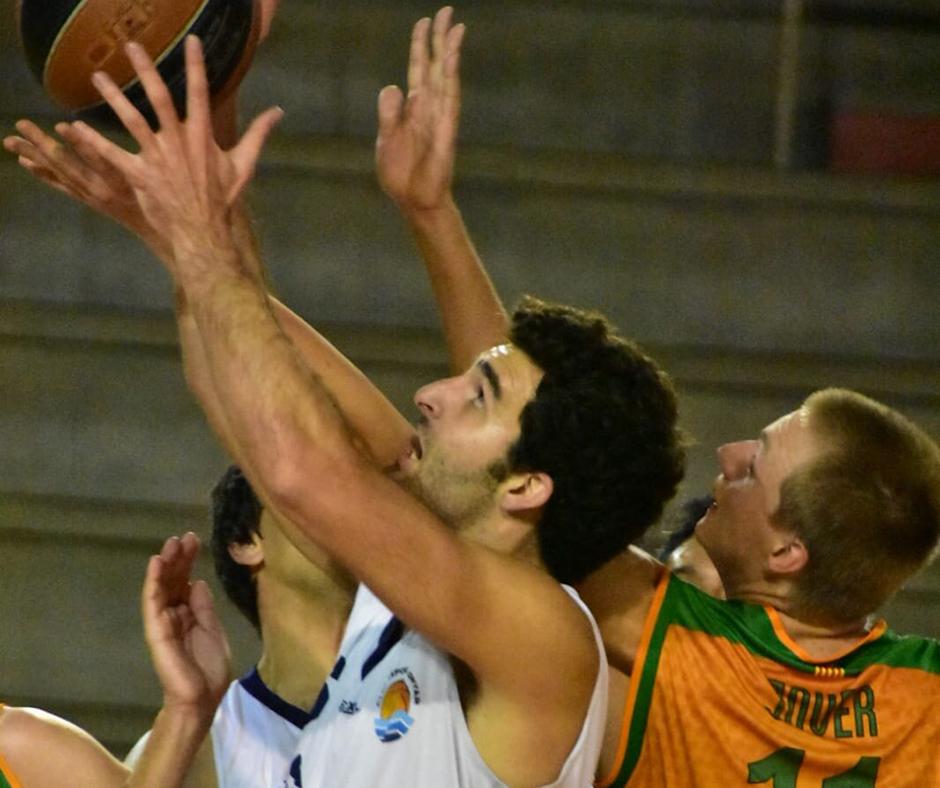 CB Calella - Marc Jover vol la pilota. Hi arriba? Foto: Esther Pujol
