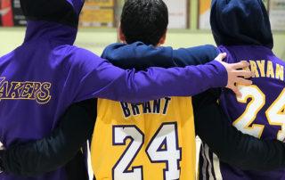 CB Calella - Jugadors del CB Calella recorden Kobe Bryant al Parc Dalmau