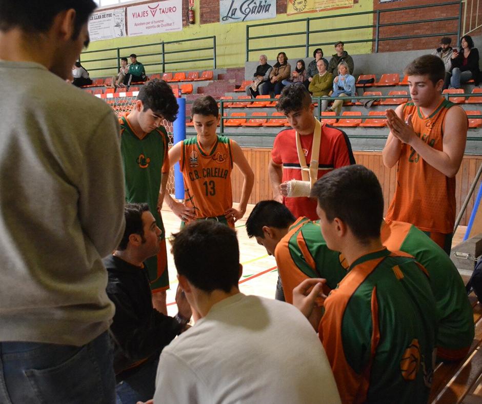 CB Calella - El júnior B rep les ordres de l'Aleix en un temps mort. Foto: Aleix Palma