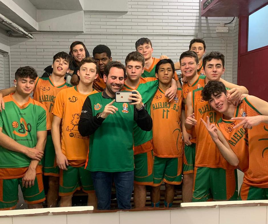 CB Calella - El júnior B ho celebra amb una selfie als vestidors