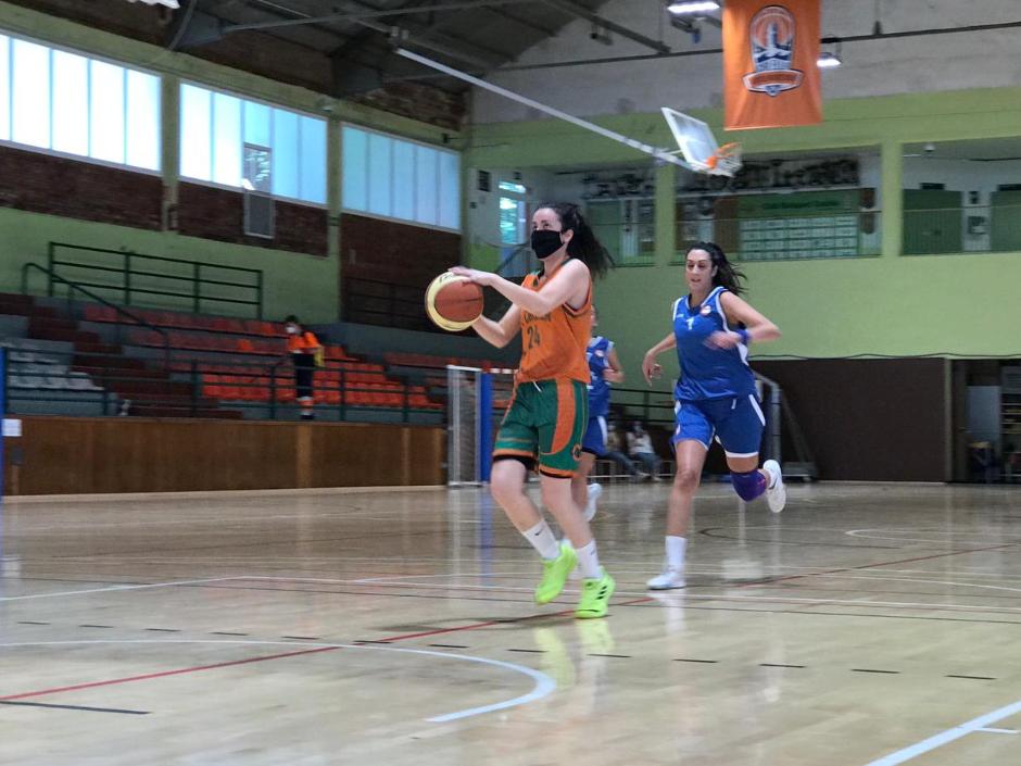 CB Calella - La Míriam Molina en una entrada durant el partit contra el Bàsquet Neus. Foto: CB Calella