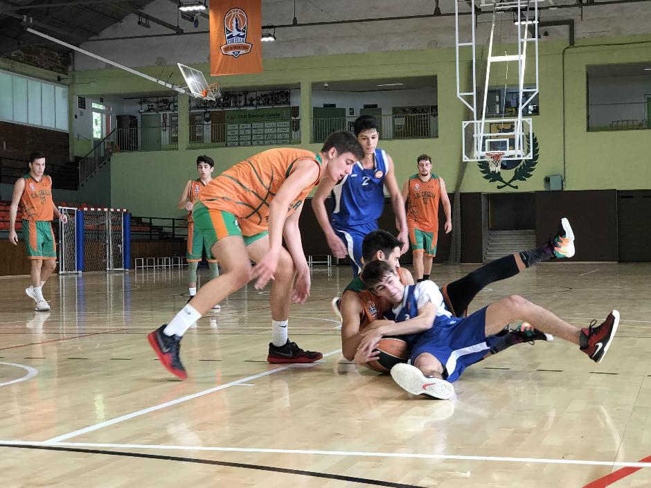 CB Calella - Oriol Cuadrado lluitant una pilota. Foto: CB Calella
