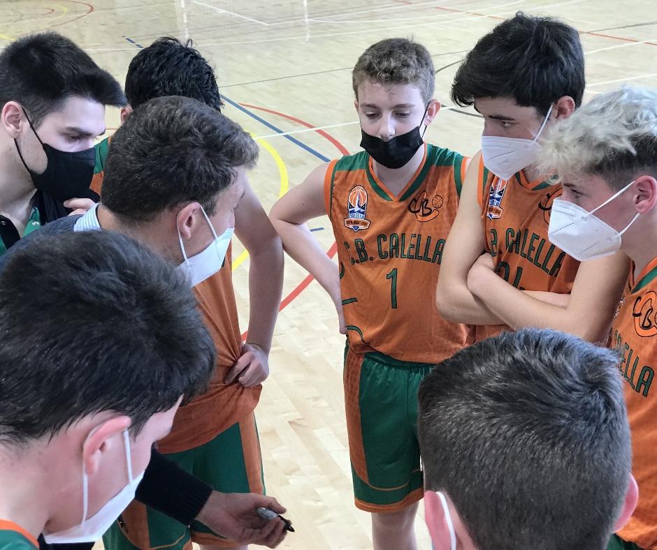 CB Calella - Els jugadors de l'infantil atenen les ordres dels entrenadors en un temps mort