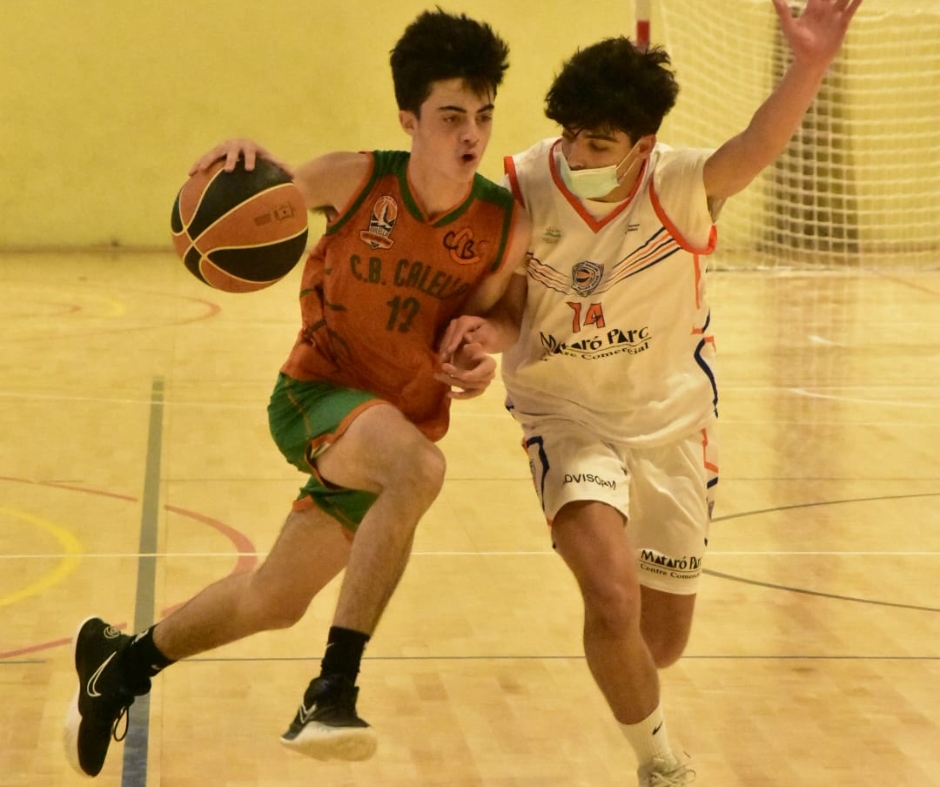 CB Calella - Tomàs Arnijas defensant la penetració a cistella. Foto: Esther Pujol
