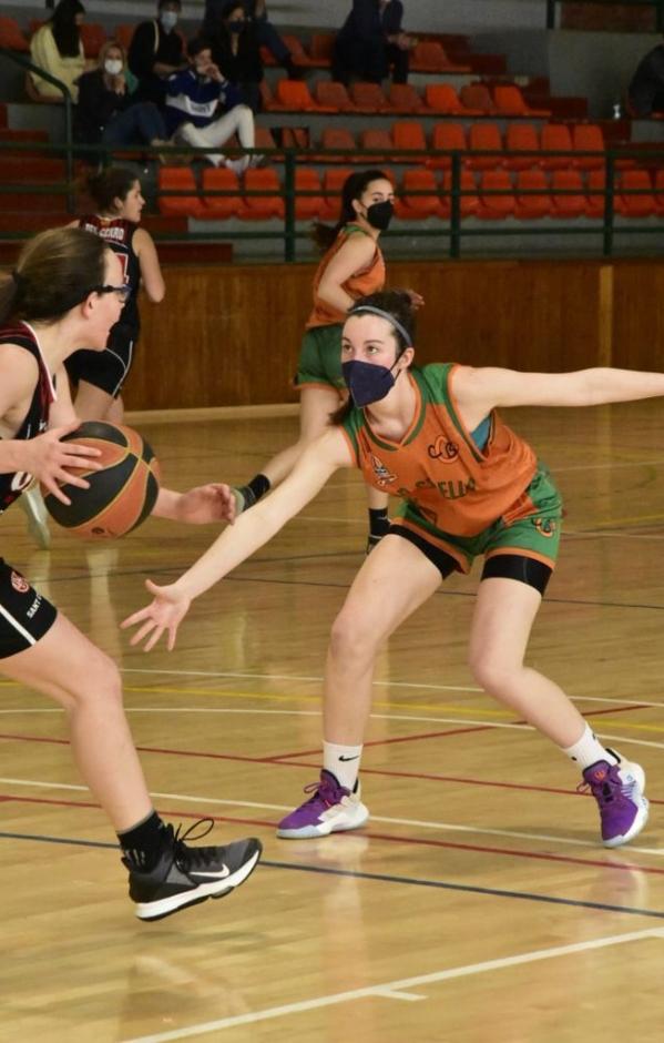CB Calella - La Mireia Farreres defensant la pujada d'una jugadora rival. Foto: Esther Pujol