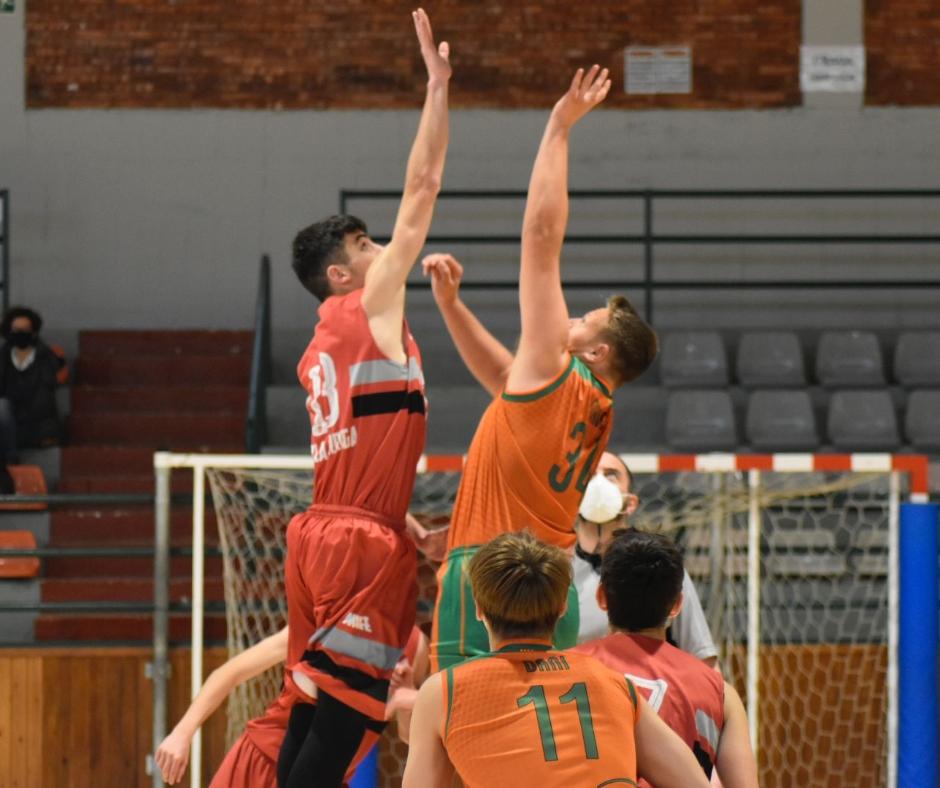 CB Calella - El salt inicial del partit del júnior de primer any contra La Garriga. Foto: Aleix Duran