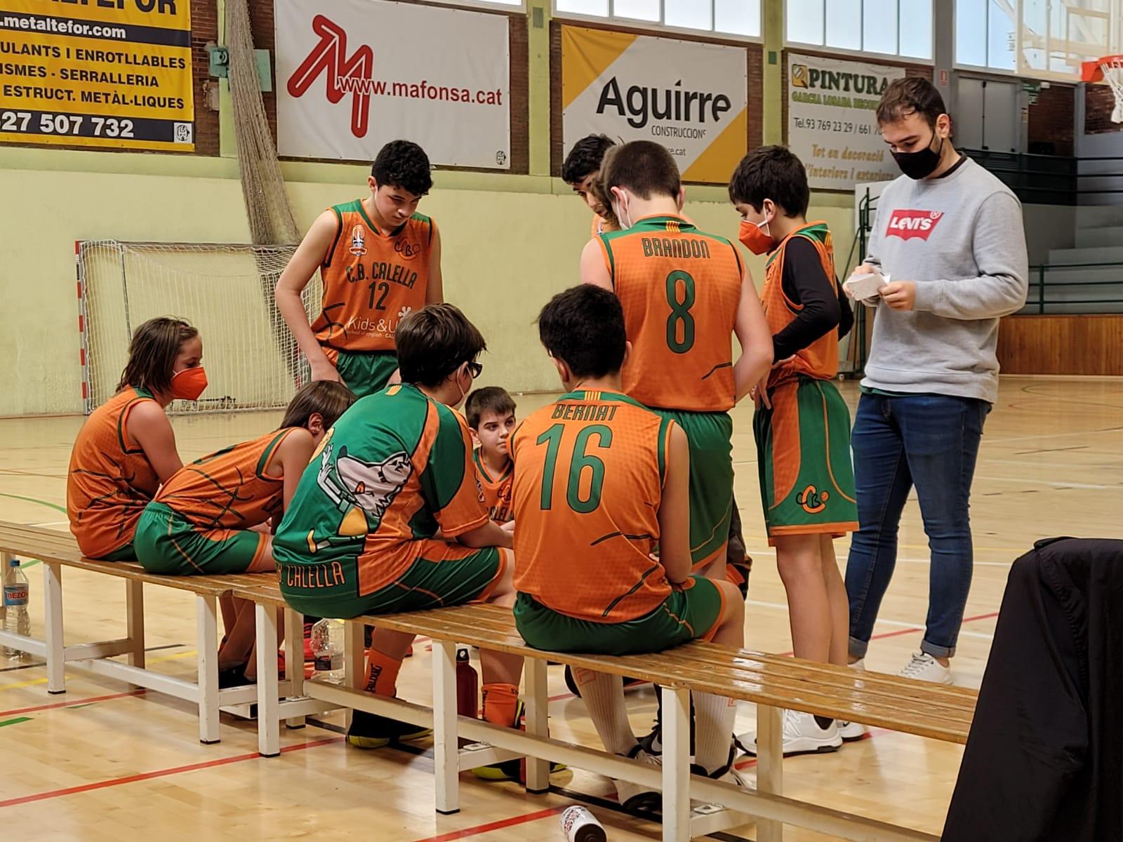 CB Calella - Els jugadors del preinfantil escolten les instruccions des de la banqueta, al partit contra la UER Pineda