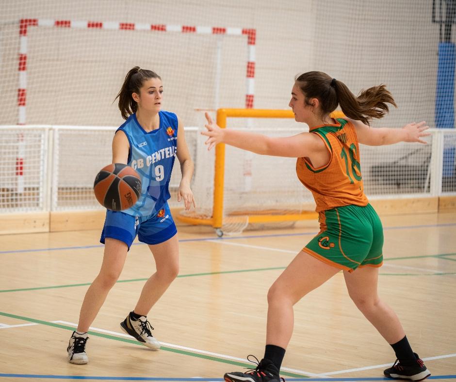 CB Calella - L'Aïna Juhé defensant. Foto: Josep Maria Pérez