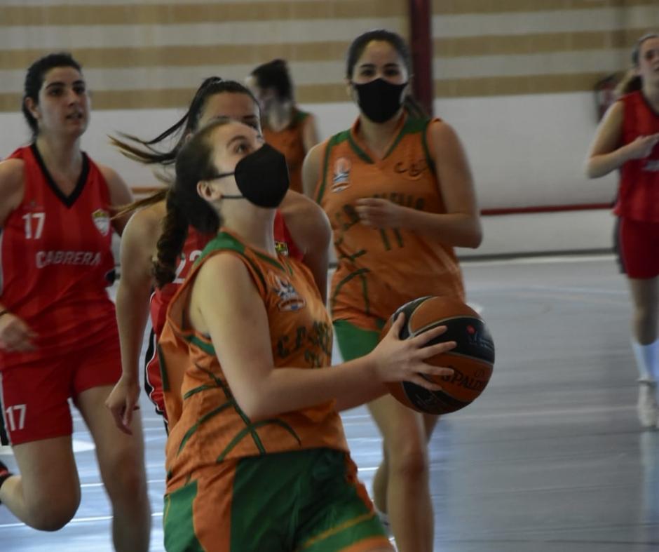 CB Calella - Adriana Berney entra a cistella. Foto: Esther Pujol