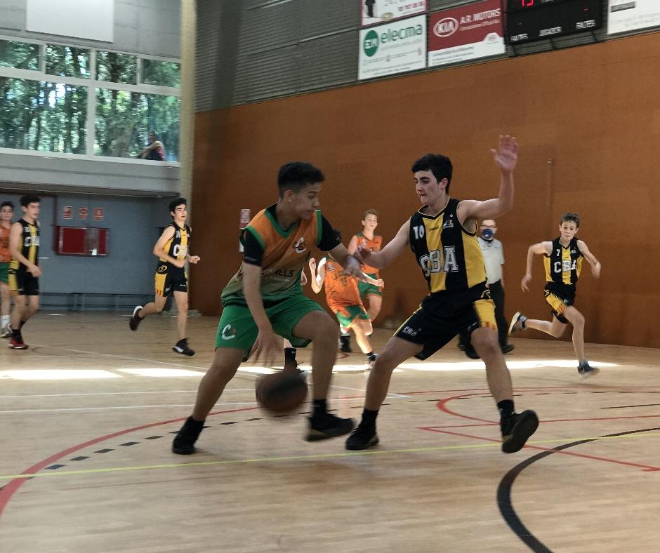 CB Calella - En Gabi intenta superar un rival per penetrar cap a cistella
